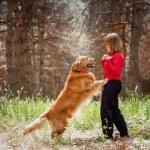 与她的狗女子肖像 — 图库照片