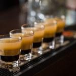 opnamen met rum en likeur in cocktail club — Stockfoto