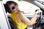 Kadın arabada — Stok fotoğraf