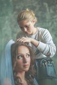 Hair stylist makes the bride — Stock fotografie