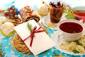 τραπέζι παραμονή των χριστουγέννων με γκοφρέτα και παραδοσιακά πιάτα — Φωτογραφία Αρχείου