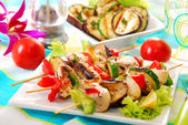 Chicken and vegetable skewers — 图库照片