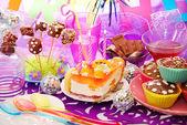 Decoratie van verjaardag partij tabel met zoetigheden voor kind — Stockfoto
