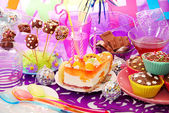 Decoration of birthday party table with sweets for child — ストック写真