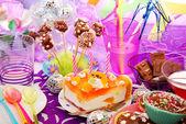 украшение стола день рождения партии с сладости для детей — Стоковое фото