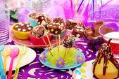 Decorazione della tavola di festa compleanno con dolci per il bambino — Foto Stock
