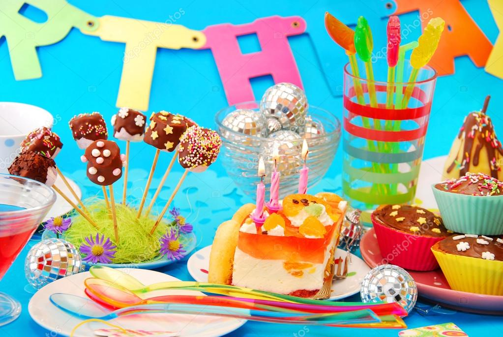 Decoraci n de mesa de fiesta de cumplea os con dulces para for Decoracion de mesa de cumpleanos