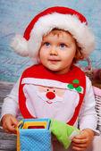 可爱的小宝贝在玩玩具的圣诞老人帽子 — 图库照片