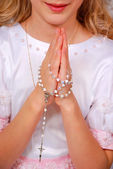 Ragazza pregando nel giorno della prima comunione — Foto Stock