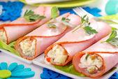 Sebze salatası ve mayonez ile doldurulmuş jambon rulolar — Stok fotoğraf