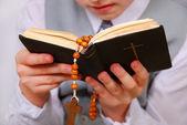 初聖体拝領式になる祈りの男の子 — ストック写真