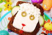 Sanduíche de páscoa com cabeça de carneiro para criança — Foto Stock