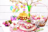 Пасха украшение стола с торт кольцо и корзина — Стоковое фото