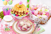 Easter table decoration with ring cake and basket — Stock Photo