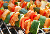 Grilled chicken and vegetable shashliks — Stock Photo