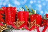 Decoración de navidad con velas rojas — Foto de Stock