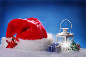 Santa hat and christmas vintage lantern on snow — Zdjęcie stockowe