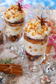 Christmas dessert with gingerbread,whipped cream and caramel — Stok fotoğraf
