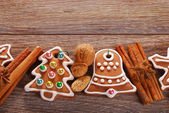 Christmas border with gingerbread cookies and spices on wooden b — Zdjęcie stockowe