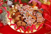 Plate with gingerbread cookies and spices for christmas — Zdjęcie stockowe