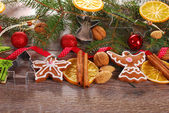 Christmas decoration border with gingerbread cookies and spices — Zdjęcie stockowe