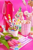 Tavolo party compleanno con fiori e dolci per i bambini — Foto Stock