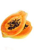 Dwie połówki świeżym papai na białym tle — Zdjęcie stockowe