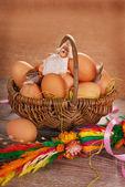 Rurale intrecciato cesto con uova e pecore per Pasqua — Foto Stock
