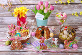 Easter table decoration with gingerbread cookies and ring cake — Stock Photo