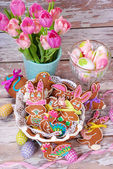 Easter table decoration with gingerbread cookies — Stock Photo