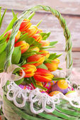 Easter basket with eggs and fresh tulips — Stok fotoğraf