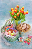 Easter decoration with wicker basket and fresh tulips — Stock Photo