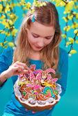 Mladá dívka s velikonoční perník cookies — Stock fotografie
