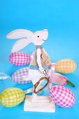 Ostern dekoration mit hölzernen osterhase und eiern in pastellfarben — Stockfoto