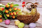 Weidenkorb mit hahn und eier für ostern — Stockfoto