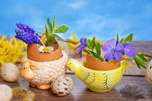 Egg shells with spring flowers in ceramic stands for easter — Stock Photo