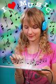 タブレットで音楽を聴いている女の子 — ストック写真