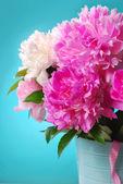 Buquê de peônia linda no vaso — Fotografia Stock