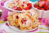 Puff pastry cookies with strawberry and almonds — Stock Photo