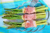 Green asparagus with ham and mozzarella — Stock Photo