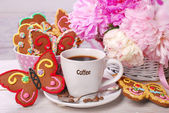 Coffee and butterfly shaped gingerbread cookies — Stock Photo