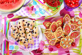 Butterfly shaped gingerbread and puff pastry cookies with bluebe — Stock Photo