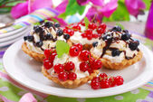 Mini tartlets with  fresh fruits — Stock Photo