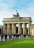 La puerta de brandenburgo es el famoso monumento de berlín — Foto de Stock