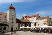 Trogir, chorvatsko - juli 4: turisté navštívit staré město — Stock fotografie