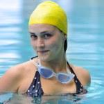 mladá žena v bazénu — Stock fotografie