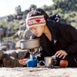 Cooking hiker woman — Stockfoto