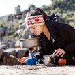 Cooking hiker woman — Stock fotografie