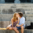 Couple kissing on steps — Lizenzfreies Foto