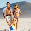 Beach couple playing with ball — Stock Photo